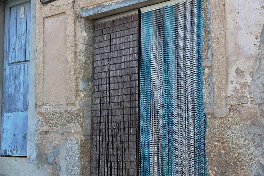 gata cortinas azules