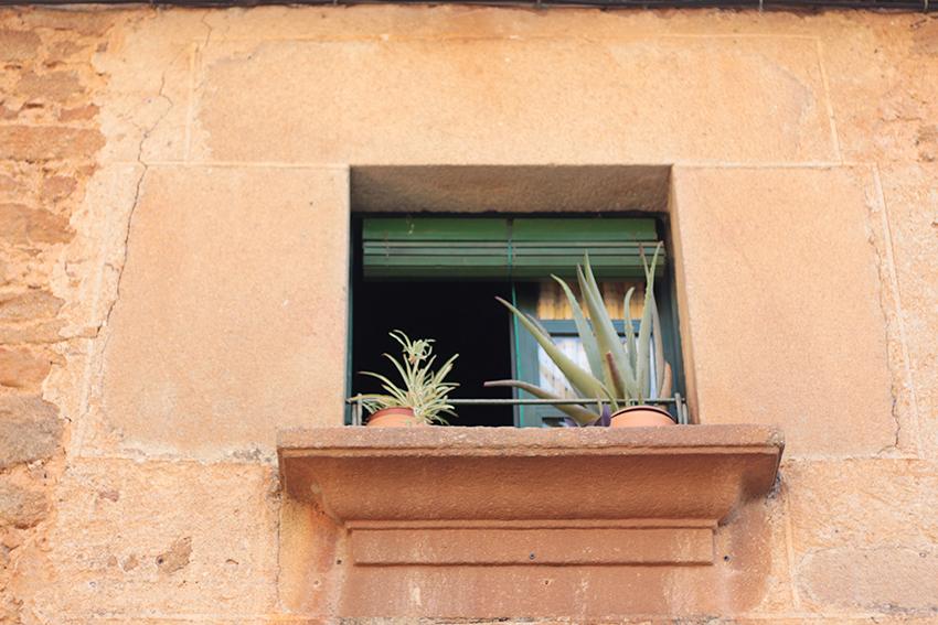 Villasbuenas ventana mujer panzuda