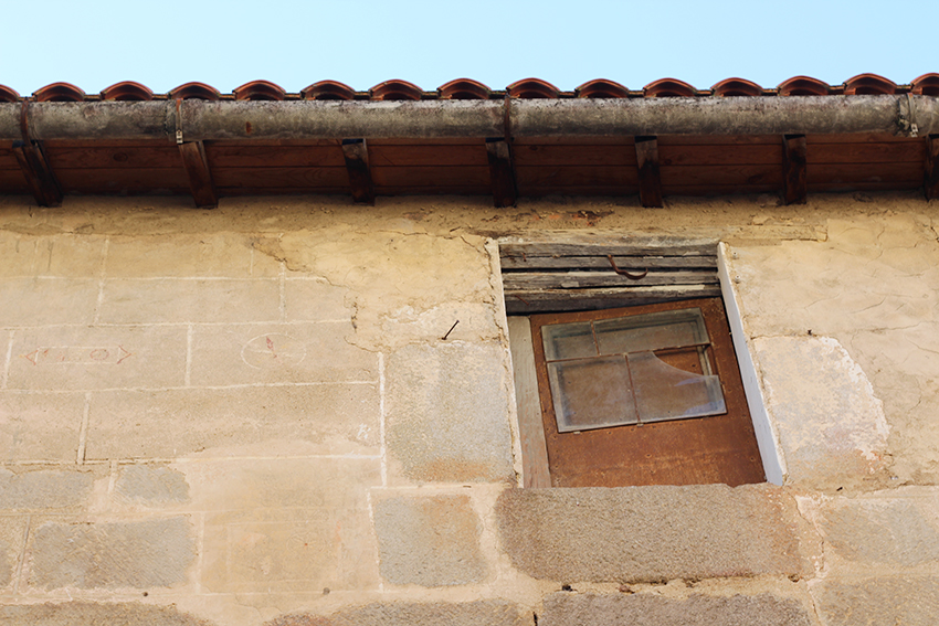 hoyos ventana laton