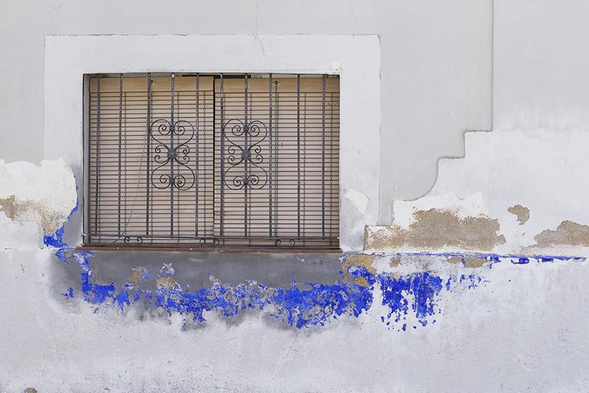 moraleja ventana pared azul